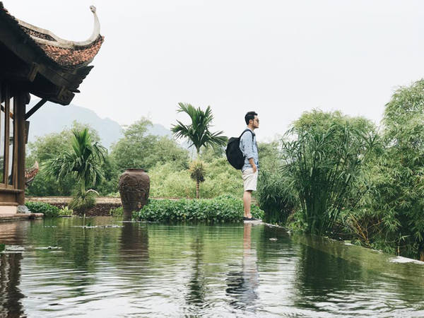 Quang Vinh lựa chọn Emeralda Ninh Binh Resort làm chốn nghỉ ngơi trong những ngày khám phá Ninh Bình. Đây là khu nghỉ dưỡng khá có tiếng ở miền Bắc, được biết đến với thiết kế mộc mạc như một căn nhà cổ xưa ở miền Bắc với bụi tre, chum nước, mái ngói, ao làng...