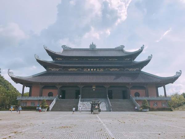 Cách thành phố Ninh Bình khoảng 15 km, chùa Bái Đính có tổng diện tích hơn 700 ha và là ngôi chùa chiếm được nhiều kỷ lục, như ngôi chùa lớn nhất Đông Nam Á, ngôi chùa có tháp chuông đồng lớn nhất hay tượng phật Di Lặc lớn nhất...