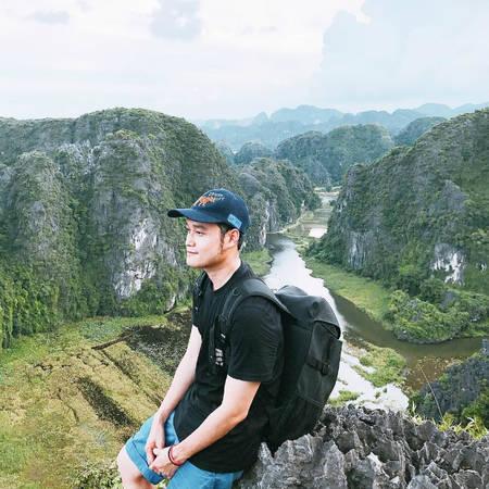 """Hang Múa nằm dưới chân núi Múa, trong quần thể khu du lịch sinh thái thuộc địa phận thôn Khê Đầu Hạ, xã Ninh Xuân, Hoa Lư. Chàng ca sĩ điển trai đã cất công leo 500 bậc thang - nơi được dân du lịch gọi là """"tiểu Vạn Lý Trường Thành"""" - để chiêm ngưỡng quang cảnh hùng vĩ của dòng sông êm đềm uốn lượn giữa những ngọn núi chập chùng. Từ đây, du khách có thể chiêm ngưỡng toàn bộ khu Tam Cốc, nếu đi vào mùa lúa chín, cảnh còn ngoạn mục hơn nữa khi những vạt lúa chín vàng rực một khoảng không gian."""