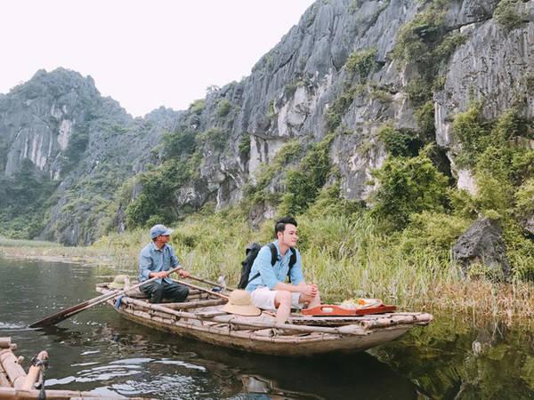 Động Thiên Hà nằm ở xã Sơn Hà, huyện Nho Quan, tỉnh Ninh Bình. Động nằm ẩn mình trong dải núi Tướng, một ngọn núi thuộc dãy Tràng An. Động mới được phát hiện năm 2007, với cửa động rất nhỏ và bị cây cối che phủ rất khó tìm. Đến đây du khách sẽ bị choáng ngợp bởi sự huyền ảo, hư thực của cả một thế giới nhũ đá.
