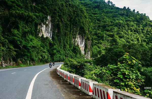 Đôi lúc, cảnh sắc thay đổi với chút thử thách qua những con đèo ôm núi đá. Phóng xe trên con đường này, bạn sẽ hiểu tại sao tour đạp xe xuyên đảo lại là lựa chọn hàng đầu của khách nước ngoài.