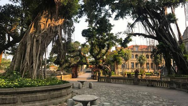 Với vị trí ngay tại bến cảng chính của Hạ Môn, một trong những cảng thương mại lớn đầu tiên của Trung Quốc giao thương với châu Âu, Kulangsu đã trở thành địa điểm lý tưởng để sinh sống và kinh doanh thương mại. Trong suốt đầu thế kỷ 19, thương gia, nhà truyền giáo và đại diện ngoại giao từ nhiều nước châu Âu như Anh, Pháp, Hà Lan và Bồ Đào Nha đã định cư tại đây.