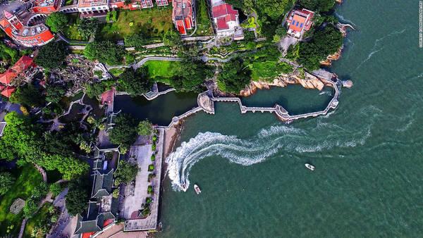 Công viên ven biển Shuzhuang Garden được xây dựng từ năm 1913 có các công trình ấn tượng mang phong cách Trung Quốc, đường đi bộ trên biển, những cột sơn đầy màu sắc và bảo tàng dương cầm lớn nhất thế giới.