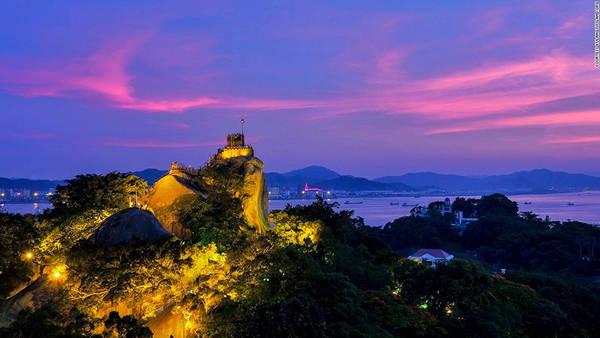 Đồi vàng - một tảng đá cao hơn 90 m - là điểm cao nhất trên đảo, từ đỉnh đồi có thể quan sát toàn cảnh hòn đảo và thành phố Hạ Môn bên kia eo biển. Đứng trên đồi vàng vào buổi chiều tối, ta có thể ngắm hoàng hôn và đường chân trời lấp lánh của Hạ Môn.