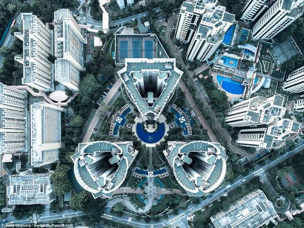 Bộ ba khối tháp giống hệt nhau ở trung tâm Singapore được cây xanh tươi tốt bao quanh