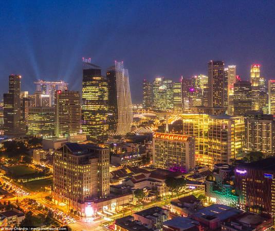 Ngày nay, những tòa nhà tại Singapore không còn mang hình khối hộp truyền thống mà thay vào đó là đủ hình dáng, màu sắc và cũng thân thiện với thiên nhiên hơn