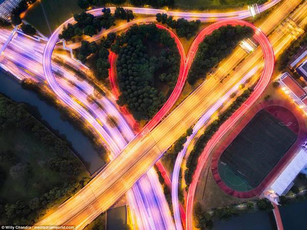 Giao lộ đường cao tốc tạo nên hình trái tim đầy màu sắc