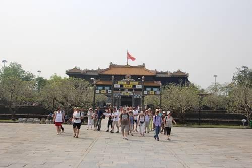 Giá vé vào tham quan Hoàng cung Huế đối với người Việt tăng thêm 30.000 đồng/lượt. Ảnh: Võ Thạnh.