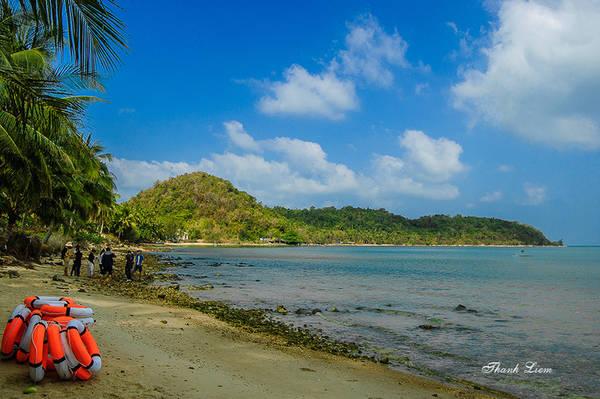 Quần đảo Hải Tặc cách đất liền 17 hải lý, nằm trong vịnh Thái Lan, phía tây bắc là quần đảo Bà Lụa, phía đông là đảo Phú Quốc. Tổng diện tích 1.100 ha, gồm 16 hòn đảo lớn, nhỏ nằm gần nhau, như Hòn Tre lớn, Hòn Tre nhỏ, hòn Giang, hòn Ụ, hòn Đước và hòn Đồi Mồi, hòn Đốc…