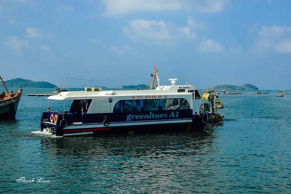 Muốn đến quần đảo Hải Tặc, bạn có thể đi tàu cao tốc Greenlines A1 từ thị xã Hà Tiên mất 30 phút, hoặc tàu thường như Hương Xưa, Minh Nga và Bảo Thiên mất 75 phút. Trên biển, bạn có thể bắt gặp những bè nuôi cá mú, cá bóp của ngư dân vùng biển này.