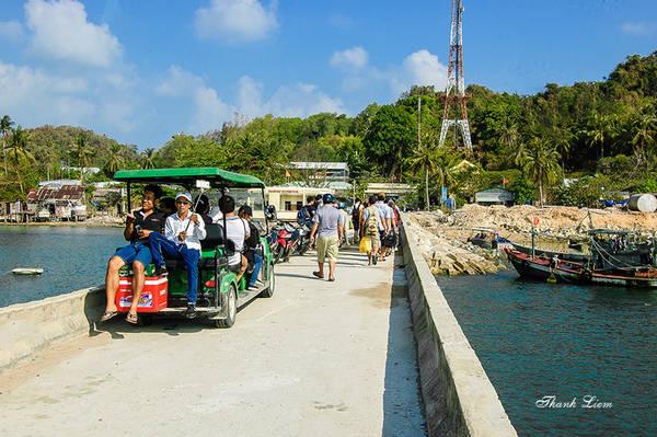 Khi tàu cập cảng, bạn có thể đi một vòng quanh đảo và đến các quán ăn bằng xe điện là trải nghiệm thú vị nơi đây.