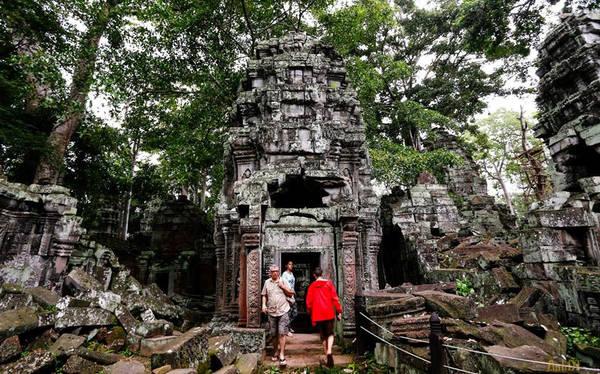 Bên cạnh hòn đảo Koh Rong Samloem tuyệt đẹp, những món ăn hấp dẫn thì những ngôi đền Angkor với vẻ đẹp huyền bí cũng là lựa chọn không thể bỏ qua trong hành trình khám phá đất nước chùa tháp của các du khách.
