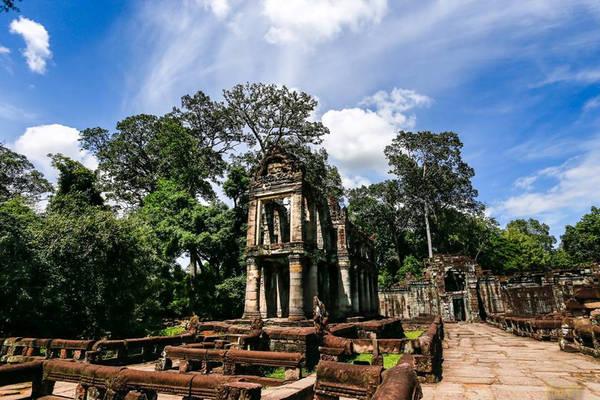 Ngôi đền toát lên cái vẻ cổ kính, tôn nghiêm, thiêng liêng và hoang dã. Năm 1191, đền Preah Khan được vua Jayavarman VII xây để tưởng niệm cha mình là vua Jayavarman VI. Trước đó vua Jayavarman VII đã xây dựng đền Ta Prohm dành cho mẹ của ngài. Ngôi đền này là ngôi đền Phật giáo.