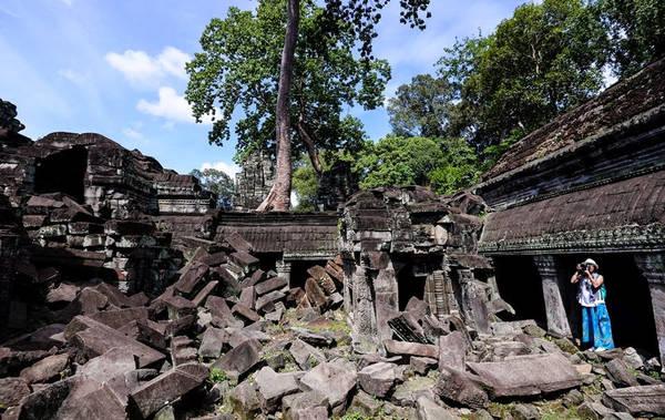 Ngôi đền nằm cách xa trung tâm, nằm ở phía đông bắc của Angkor Thom nên du khách ít khi đến tham quan vì quá xa.