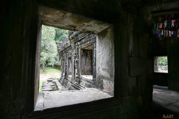 Ở đây, các bức tượng Phật đa phần đều bị hư hỏng do sự băng hoại qua thời gian. Thế nhưng, ai đến đền Banteay Kdei chiêm bái đều cảm nhận sự linh thiêng cũng như kỳ bí khi bước chân vào đền.