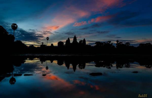 Đền Angkor Wat được xây dựng vào thế kỷ 11 bởi vua Suryavarman II. Ban đầu, ngôi đền được xây dựng dành cho những người theo đạo Hindu, nhưng khi Vương triều Khmer theo Phật giáo thì ngôi đền Angkor Wat trở thành nơi thờ cúng của các Phật tử.