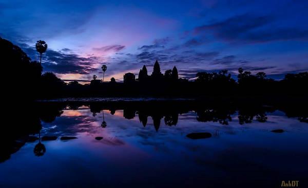 Ngôi đền thực sự rất đẹp và rực rỡ, được bao quanh bởi bức tường lớn. Phía trước ngôi đền là một hồ nước lớn. Vào mỗi thời điểm khác nhau trong ngày, dưới ánh nắng, ngôi đền lại hiện lên với khung cảnh rực rỡ nhiều màu sắc.