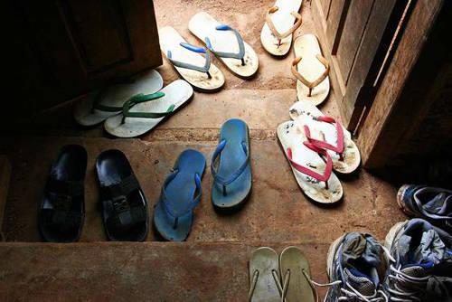 Ngoài việc cố tình đi giày dép vào chùa, nam du khách còn vi phạm điều 13 khoản 1 của Đạo luật Di trú về thị thực. Ảnh: MSN.