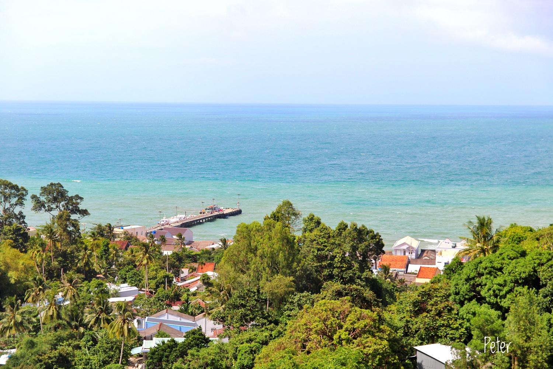 Cầu cảng Bãi Nhà từ trên con đường xuyên núi, rất may ngày đầu trời nắng đẹp.