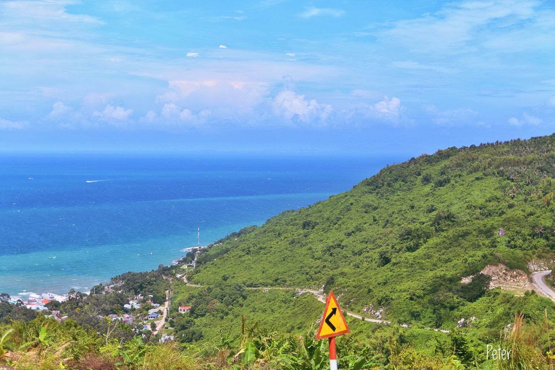 Con đường trên núi, ở đây nhìn thấy biển trời mênh mông, lâu lâu những con tàu cao tốc SuperDong cập bến.