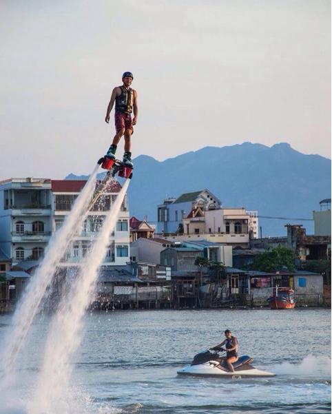 Môn thể thao dưới nước ván bay Flyboard luôn thách thức những ai yêu thích mạo hiểm. Ảnh: @dmitry_tafrov