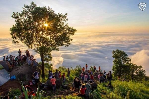 Mây trời trên đỉnh núi Bà Đen. Ảnh: Nguyễn Dương Trí