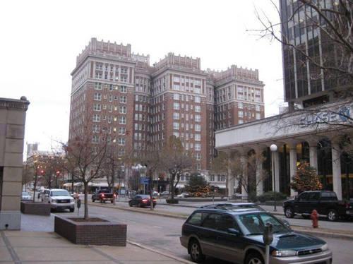 Khách sạn Skirvin đóng cửa vào năm 1988 và bỏ không 19 năm tiếp theo. Vào năm 2007, nó được cải tạo, mở cửa trở lại và sáp nhập vào chuỗi khách sạn Hilton. Ảnh: Ranked.