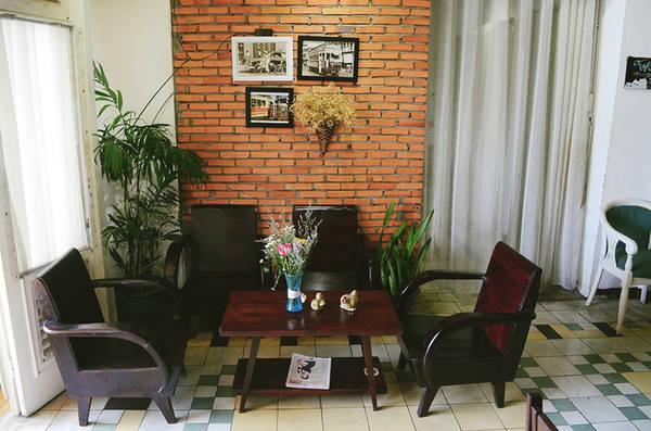 Tọa lạc tại một chung cư cũ trên đường Nguyễn Huệ (quận 1), quán cà phê The Letter có không gian nhẹ nhàng với gam màu vàng cam chủ đạo. Những bộ bàn ghế gỗ có phong cách cũ được kết hợp cùng những bức hình trắng đen mang lại cho thực khách cảm giác dễ chịu và gần gũi.