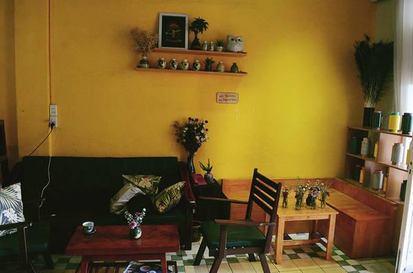 Tuy nằm trong căn nhà không quá lớn nhưng quán được chia làm ba không gian khác nhau. Mỗi gian đều được chủ quán khéo léo bài trí hài hòa từ những món đồ gốm, chậu cây kiểng, hoa tươi, tranh ảnh cùng những bộ bàn ghế gỗ.
