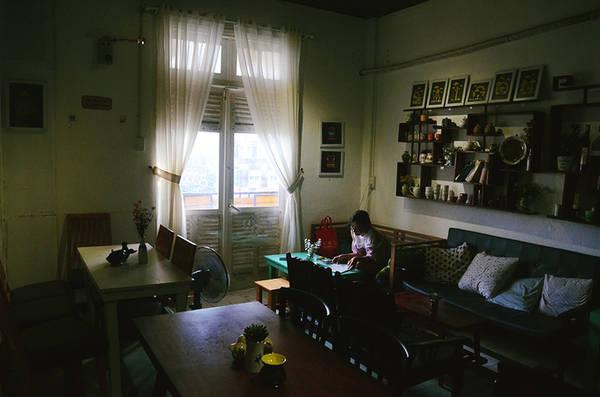 Một gian khác của quán có không gian yên tĩnh thích hợp cho ai đi một mình hoặc các cặp đôi muốn tìm nơi riêng tư để tâm sự.