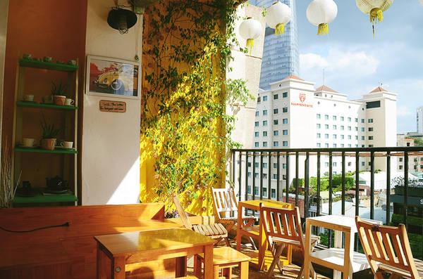 Điều thu hút nhiều người đến quán có lẽ là những món đồ gốm có xuất xứ từ Nhật Bản với họa tiết tinh tế và độc đáo. Thực khách đến quán không chỉ để uống cà phê, thư giãn mà còn có cơ hội tìm hiểu và mua những món đồ trang trí đẹp mắt.