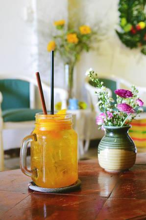 Thực đơn của quán phong phú với nhiều loại thức uống đảm bảo phục vụ nhu cầu thực khách. Từ những món cà phê truyền thống cho đến món đá xay, soda mang phong cách riêng. Giá trung bình ở quán dao động từ 40.000 đồng.
