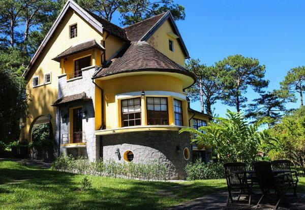 Tọa lạc trên một ngọn đồi, toàn bộ khu nghỉ Ana Mandara được thiết kế theo phong cách châu Âu cổ điển. Mỗi villa là một tòa biệt thự sơn vàng, mái ngói thâm nâu, bao quanh là khu vườn xanh tốt, đem tới không khí thanh bình.