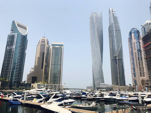 Vịnh Marina là bến du thuyền lớn nhất thế giới, bao quanh bởi những tòa tháp chọc trời kiến trúc độc đáo và các trung tâm thương mại, khu dân cư sầm uất, náo nhiệt. Nơi đây cũng là một trong những kiệt tác, niềm tự hào thành phố kênh đào nhân tạo phát triển nhất thế giới.