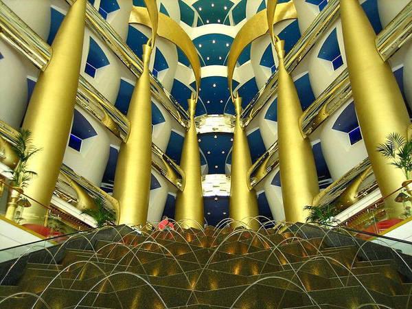 Khách du lịch được phép vào khu tham quan và khu mua sắm của khách sạn. 9X đã hoàn toàn bị choáng ngợp bởi kiến trúc hiện đại, độc đáo và sự sang trọng ở nơi đây.