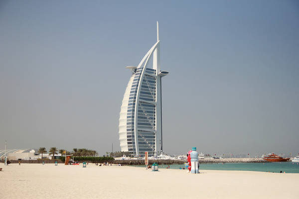 Dubai là vương quốc của những khách sạn hoành tráng có một không hai. Nổi bật trong số đó là khách sạn hình cánh buồm tráng lệ Burj Al Arab - khách sạn 7 sao đầu tiên trên thế giới. Với chiều cao 321 m, đây cũng là tòa nhà cao nhất được sử dụng như một khách sạn sang trọng. Burj Al Arab nằm trên một hòn đảo nhân tạo, cách bãi biển Jumeirah 280 m, nối với đất liền qua một cây cầu.