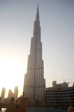 Điểm dừng chân cuối cùng trên hành trình của cô là Burj Khalifa, tòa tháp cao nhất thế giới với 164 tầng, cao 828 m, đồng thời nắm giữ nhiều kỷ lục thế giới khác. Tòa nhà có hình chiếc lá kim, đứng hiên ngang như một niềm kiêu hãnh của quốc gia độc đáo giữa sa mạc Trung Đông này.