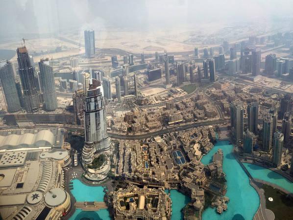Toàn cảnh thành phố Dubai nhìn từ tháp Burj Khalifa. Dubai đã quyến rũ du khách nhờ kiến trúc tuyệt vời và nền văn hóa Hồi giáo đặc sắc, khác biệt.
