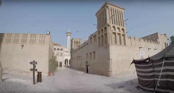 9x chia sẻ Dubai khiến những điểm du lịch trước đó cô từng đặt chân đến dường như bị lãng quên vì vẻ hào nhoáng đến không tưởng. Trong ảnh là khu phố cổ Bastakiya với vẻ đẹp cổ kính tựa như một mê cung trên những con phố ngoằn ngoèo, hai bên là dãy nhà được phục chế và tháp đón gió truyền thống của người Ba Tư.