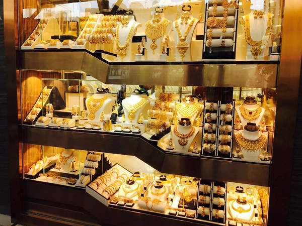 Chợ Vàng tại Dubai là địa điểm khiến nhiều người tò mò và không thể không ghé thăm. Ngoài vàng, du khách có thể dễ dàng tìm mua được cả bạch kim và kim cương tại đây. Do được chính phủ quản lý rất chặt chẽ nên bạn có thể yên tâm về chất lượng, không sợ mua phải hàng giả. Khu chợ trưng bày vô vàn trang sức, nhẫn khổng lồ bằng vàng.