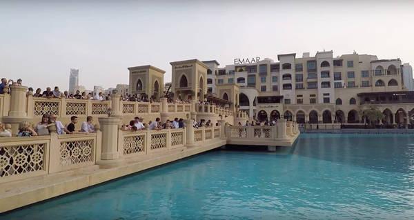 Dubai Mall là trung tâm mua sắm khổng lồ có diện tích lớn nhất thế giới, tọa lạc trên diện tích khoảng 495.000 m2, gồm khoảng 1.200 cửa hàng với đủ loại sản phẩm, phòng chiếu phim, sân trượt băng và nhiều tiện ích khác. Điều đặc biệt là Dubai nói không với các loại thuế, biến nơi đây trở thành thiên đường cho du khách thỏa sức mua sắm.
