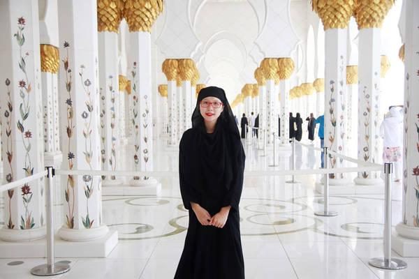 Đặc biệt, thánh đường yêu cầu nghiêm ngặt về trang phục, nữ không được hở tóc. Vì vậy Phương Thúy thuê đồ Hồi giáo với giá 5 USD/ngày (khoảng hơn 100.000 đồng).