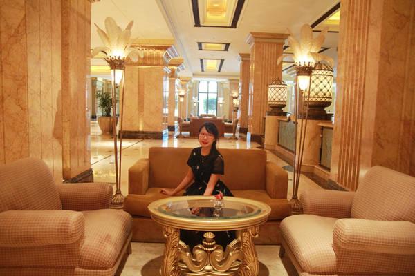 """Cô còn có cơ hội được tham quan bên ngoài Emirates Palace - khách sạn 7 sao """"đệ nhất"""" trên thế giới, trải dài 1 km và nguy nga tráng lệ như cung điện, dùng 40 tấn vàng để trang trí với chi phí xây dựng lên đến 3 tỉ USD (khoảng 68.000 tỉ đồng). Khách sạn còn có bãi biển riêng dài khoảng 1,5 km, đường chạy bộ dài 6,4 km, bãi đỗ xe chứa được khoảng 2.500 ôtô."""