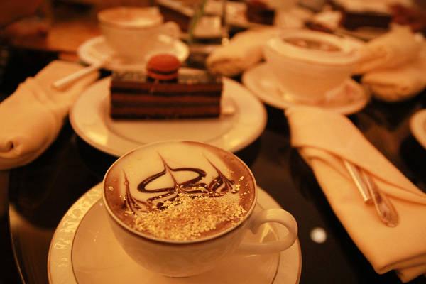 Bánh và cà phê capuchino phủ vàng là đặc sản nơi đây, du khách có thể liên hệ đặt trước để thưởng thức.