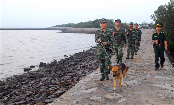 Các chiến sĩ đồn biên phòng xã đảo Thạnh An đang triển khai tuần tra đảm bảo an ninh biên giới vùng biển. Ảnh: Lê Mạnh Linh.