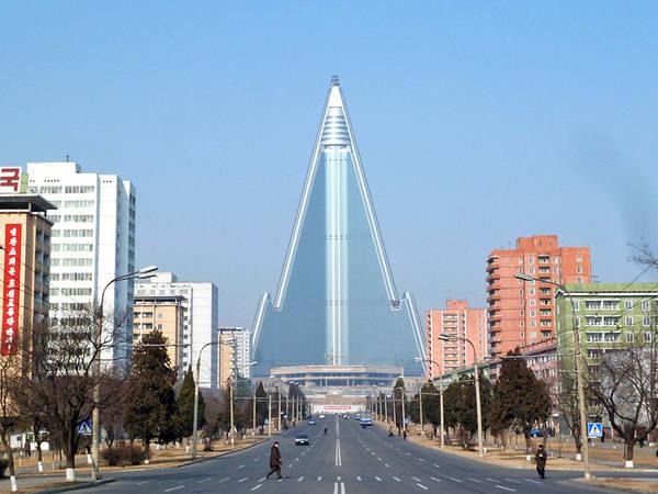 Với hình dạng kim tự tháp độc đáo và chiều cao ấn tượng, khách sạn Ryugyon nổi bật trên nền trời thủ đô Pyongyang của Triều Tiên. Ảnh: Inhabitat.
