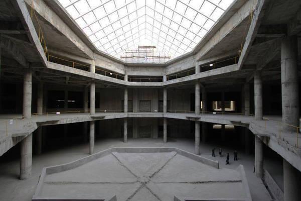 Khu vực bên trong khách sạn mới chỉ được xây thô, chưa hề được sơn hay trang trí nội thất. Ảnh: Ryugyonghotel.