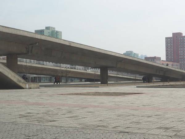 Năm 2014, con đường dẫn tới Ryugyong được hoàn tất, củng cố thêm tin đồn khách sạn sắp khánh thành. Ảnh: Business Insider.