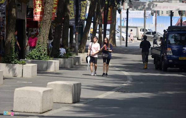 Toàn bộ khu phố cổ Insadong dành cho người đi bộ mua sắm, vui chơi. Con phố này nằm giữa trung tâm TP Seoul trải dài từ đường Jongno-Viga đến ngã 4 Anguk-dong.