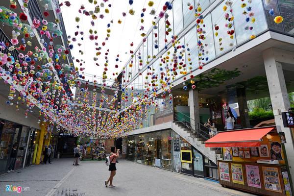 Khu Ssamzie-gil là thiên đường nổi tiếng nhất ở khu Insadong. Nơi đây là một tòa nhà bốn tầng với hơn 70 cửa hàng lớn nhỏ, giúp du khách thoải mái mua sắm, lựa chọn các mặt hàng.